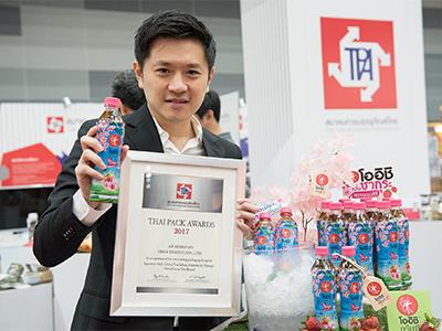 เอกบดินทร์ เด่นสุธรรม ผู้ช่วยกรรมการผู้จัดการฝ่ายการตลาด ธุรกิจเครื่องดื่ม บริษัท โออิชิ กรุ๊ป จำกัด (มหาชน) รับรางวัล
